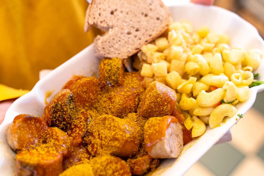 Currywurst mit Salat und Brot
